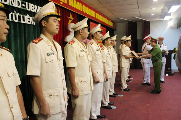 Thượng tá Lê Đức Hùng, Trưởng CAQ Bắc Từ Liêm trao khen thưởng cho các cá nhân có thành tích xuất sắc