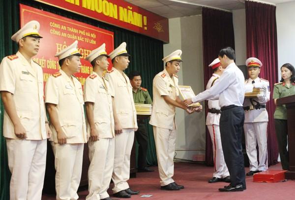 Ông Đỗ Mạnh Tuấn trao Giấy khen của Giám đốc CATP cho các cá nhân có thành tích xuất sắc
