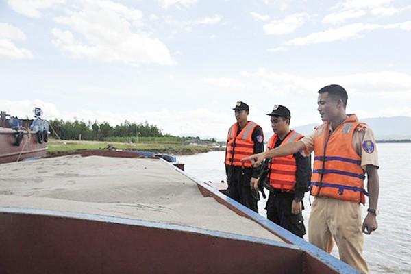 Lực lượng Cảnh sát đường thủy CATP Hà Nội bắt giữ một tàu khai thác cát trái phép