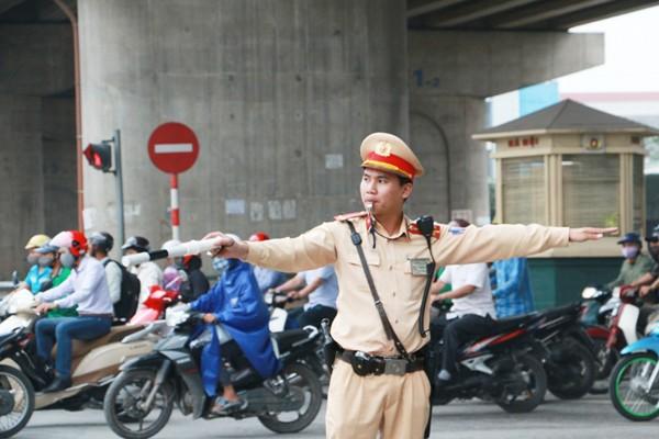 Lực lượng CSGT đường bộ, đường sắt CATP Hà Nội phân luồng giao thông