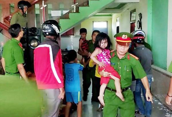 Lực lượng công an giải cứu thành công, đảm bảo an toàn cho các cháu nhỏ