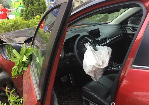 Túi khí xe trên xe Mazda 3 bung sau tai nạn