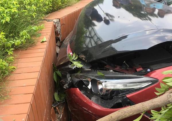 Cận cảnh cú va chạm khiến chiếc xe bị bật nắp capo