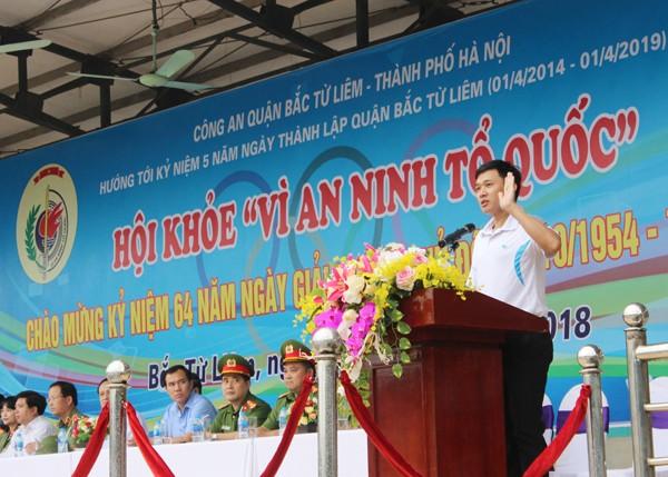Trọng tài Phạm Phúc Hưng thay mặt các trọng tài điều hành hội khỏe tuyên thệ