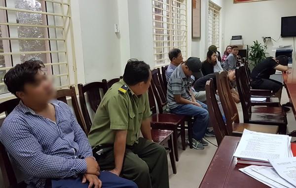 """Hàng chục """"cò vé"""" đã bị đưa về trụ sở CAQ Nam Từ Liêm trong đó có cả nhân viên bảo vệ Trung tâm đào tạo bóng đá trẻ thuộc Liên đoàn Bóng đá Việt Nam"""