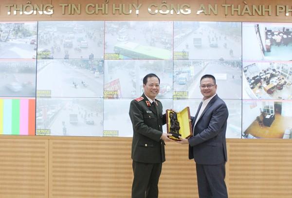 Đại tướng Run Rathveasna, Cục trưởng Cục Cảnh sát giao thông và trật tự công cộng, Bộ Nội vụ Vương quốc Campuchia trao quà kỷ niệm cho Thiếu tướng Đoàn Ngọc Hùng, Phó Giám đốc CATP Hà Nội