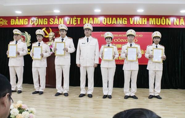 Trung tá Phạm Trung Hiếu, Bí thư Đảng ủy, Trưởng phòng Phòng Cảnh sát Phòng cháy chữa cháy và cứu nạn, cứu hộ trao quyết định thành lập các chi bộ trực thuộc
