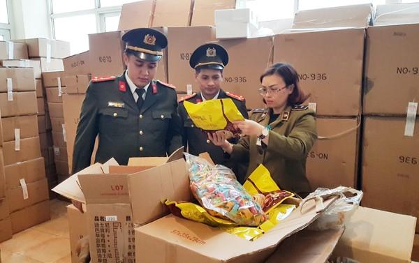 Lực lượng chức năng kiểm đếm số lượng hàng hóa