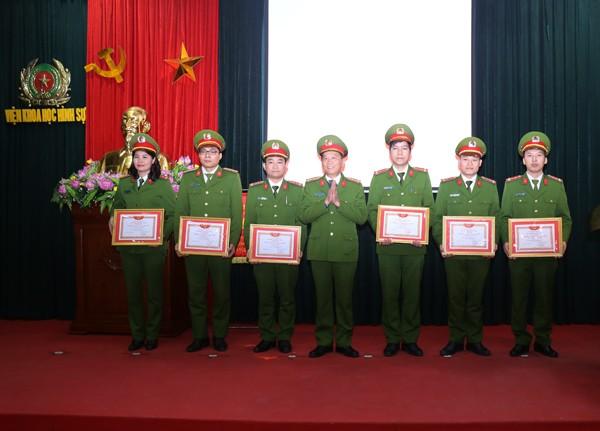 Đại tá Nguyễn Văn Chiến, Phó Viện trưởng Viện Khoa học hình sự trao khen thưởng cho các cá nhân xuất sắc trong công tác