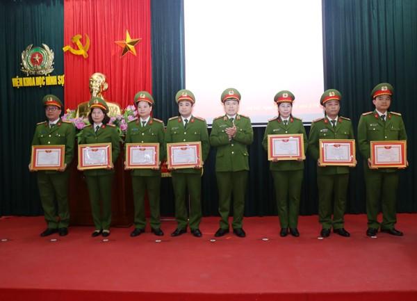Thiếu tướng Lê Danh Cường, Viện trưởng Viện Khoa học hình sự trao danh hiệu Đơn vị Quyết thắng cho các đơn vị thuộc Viện