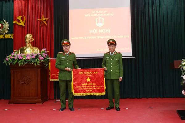 Thượng tướng Lê Quý Vương trao Cờ thi đua của Bộ Công an cho Phòng Giám định kỹ thuật số và điện tử