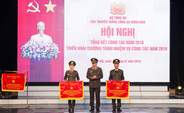Thứ trưởng Nguyễn Văn Thành tặng Cờ thi đua của Bộ Công an cho các đơn vị trực thuộc Cục Truyền thông CAND