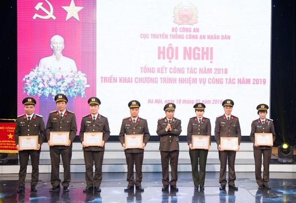 Thiếu tướng Mai Văn Hà, Cục trưởng Cục Truyền thông CAND trao danh hiệu Đơn vị Quyết thắng cho các đơn vị thuộc Cục