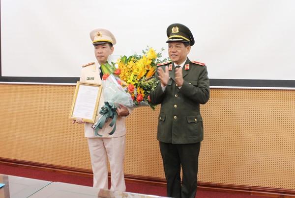 Thiếu tướng Đoàn Duy Khương trao quyết định và tặng hoa chúc mừng