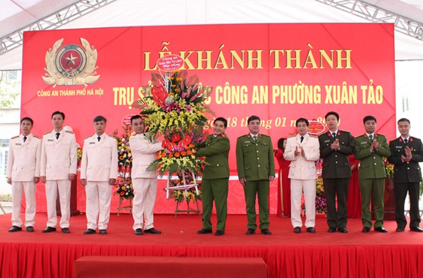 Thượng tá Lê Đức Hùng phát biểu và cùng BCH CAQ tặng hoa chúc mừng CAP Xuân Tảo