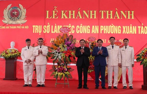 Quận ủy, HĐND, UBND quận Bắc Từ Liêm tặng hoa chúc mừng CAP Xuân Tảo