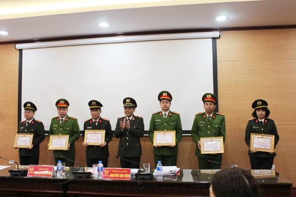 Thiếu tướng Đoàn Duy Khương tặng Giấy khen của Giám đốc CATP cho các Đảng bộ đạt tiêu chuẩn hoàn thành xuất sắc năm 2018