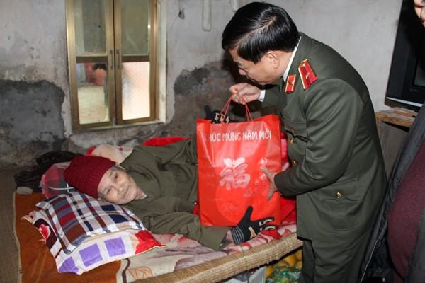 Thiếu tướng Đoàn Duy Khương ân cần thăm hỏi, tặng quà ông Chu Hữu Húng, hộ nghèo trên địa bàn phường Tây Tựu