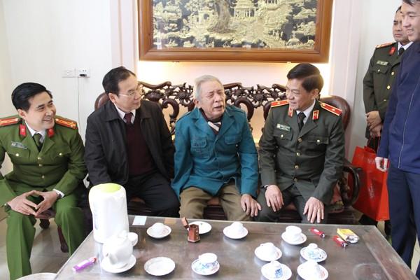 Đoàn công tác thăm hỏi thương binh Nguyễn Khắc Đức, phường Tây Tựu