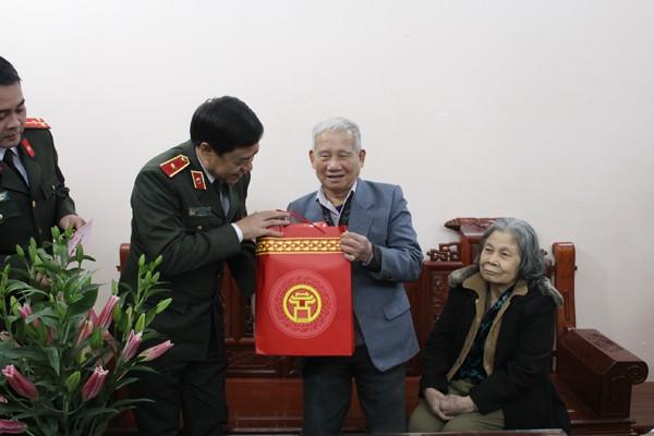 Thiếu tướng Đoàn Duy Khương, Ủy viên Ban Thường vụ Thành ủy, Giám đốc CATP thăm hỏi tặng quà gia đình thương, bệnh binh Trần Văn Kỳ - Lưu Thị Nguyệt