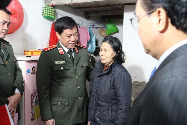 Thiếu tướng Đoàn Duy Khương thăm hỏi động viên bà Nguyễn Thị Đông