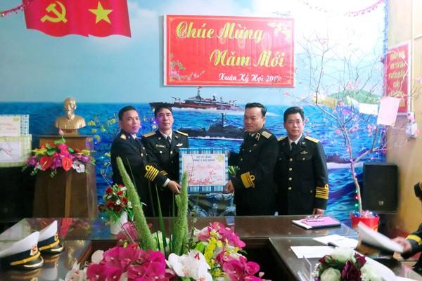 Chuẩn đô đốc Phạm Văn Quang và đoàn công tác tặng quà CBCS Trạm Ra đa 485 thuộc tiểu đoàn 151 đóng quân trên đảo Trà Bản, Quảng Ninh
