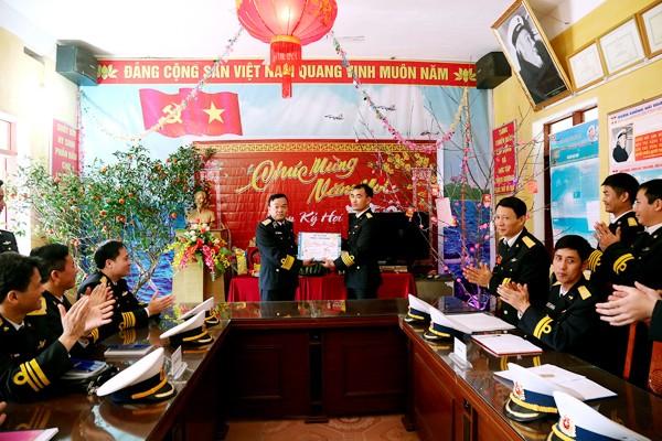 Chuẩn đô đốc Phạm Văn Quang, Bí thư Đảng ủy, Chính ủy Vùng 1 Hải quân tặng quà CBCS Trạm Ra đa 480 thuộc tiểu đoàn 151 đóng quân trên đảo Trần, Quảng Ninh