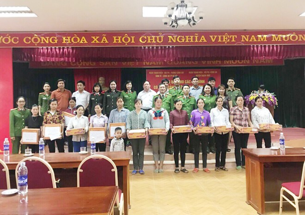 Hội Phụ nữ Phòng Cảnh sát Kinh tế và CAH Thạch Thất tặng quà cán bộ hội viên có hoàn cảnh khó khăn