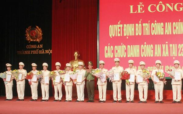 Trung tướng Đoàn Duy Khương trao Quyết định triển khai bố trí Công an chính quy và quyết định điều chỉnh địa bàn phụ trách của Đồn Công an cho chỉ huy 13 Công an huyện