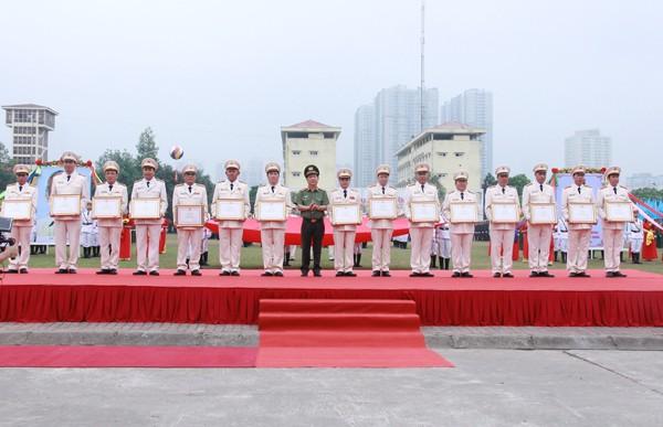Trung tướng Nguyễn Văn Sơn, Thứ trưởng Bộ Công an trao Bằng khen của Bộ trưởng Bộ Công an cho các cá nhân thuộc lực lượng CSCĐ