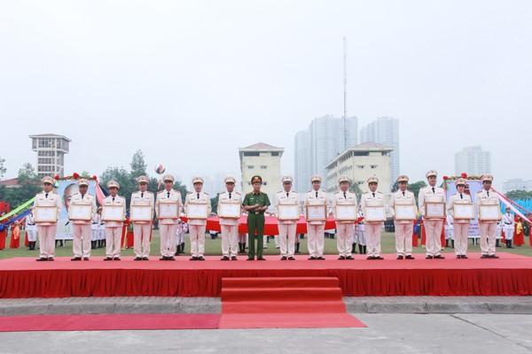 Thượng tướng Lê Quý Vương, Ủy viên TƯ Đảng, Thứ trưởng Bộ Công an trao Bằng khen của Bộ trưởng Bộ Công an cho các tập thể thuộc lực lượng CSCĐ