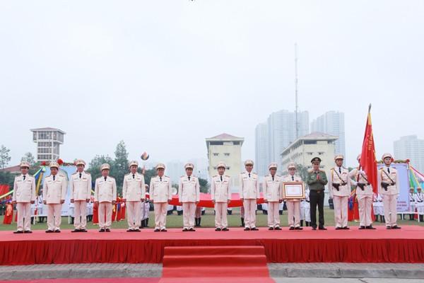 Thừa ủy quyền của Chủ tịch nước, Đại tướng Tô Lâm trao Huân chương Quân công hạng Nhất cho Bộ tư lệnh CSCĐ