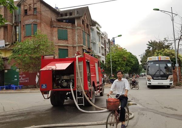 Cảnh sát PCCC và CNCH Hà Nội triển khai phương tiện dập tắt đám cháy và tìm kiếm