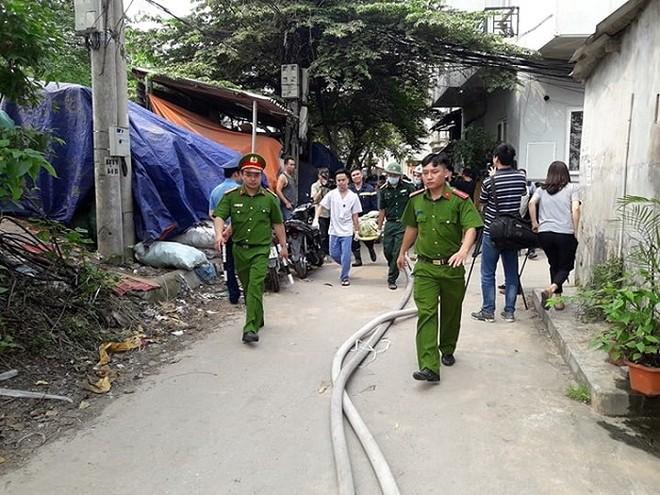 Lực lượng cứu hộ và y tế đưa nạn nhân thứ 5 ra khỏi hiện trường