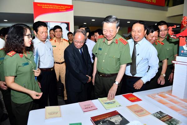 Các đại biểu tham quan triển lãm sách