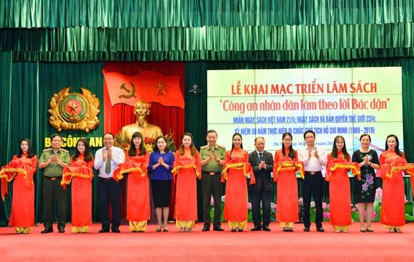 GS.TS, Đại tướng Tô Lâm cùng các đại biểu cắt băng khai mạc triển lãm sách