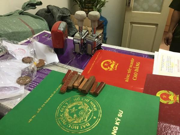 Dấu giả thu giữ tại nhà đối tượng Lê Văn Hoàng