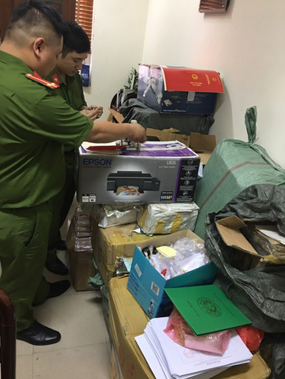 Cơ quan công an kiểm tra số tang vật bị thu giữ
