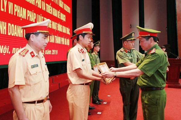 Đại tá Nguyễn Văn Viện trao Giấy khen của Giám đốc CATP cho các tập thể có nhiều thành tích trong thực hiện Mệnh lệnh 02