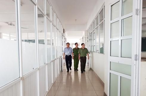 Lực lượng CATP Hà Nội cùng thành viên Hội đồng thi kiểm tra các phòng thi trước ngày thi tuyển sinh THPT năm 2019 trên địa bàn thành phố