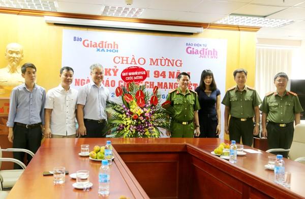 Đại tá Nguyễn Văn Viện, Phó Giám đốc CATP Hà Nội chúc mừng Báo Gia đình xã hội