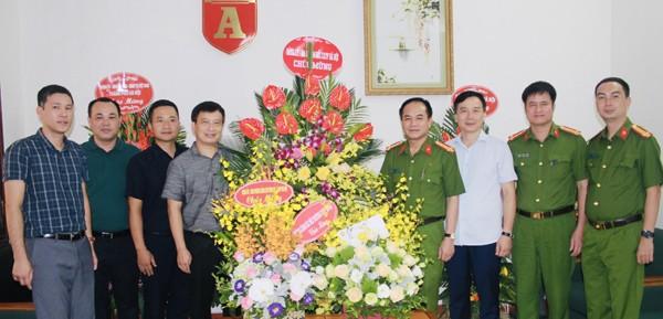 Đại tá Nguyễn Thanh Tùng, Phó Giám đốc CATP và chỉ huy các đơn vị Phòng CSHS, CAQ Hoàn Kiếm, Phòng Cảnh sát môi trường chúc mừng Báo An ninh Thủ đô nhân kỷ niệm 94 năm Ngày Báo chí cách mạng Việt Nam