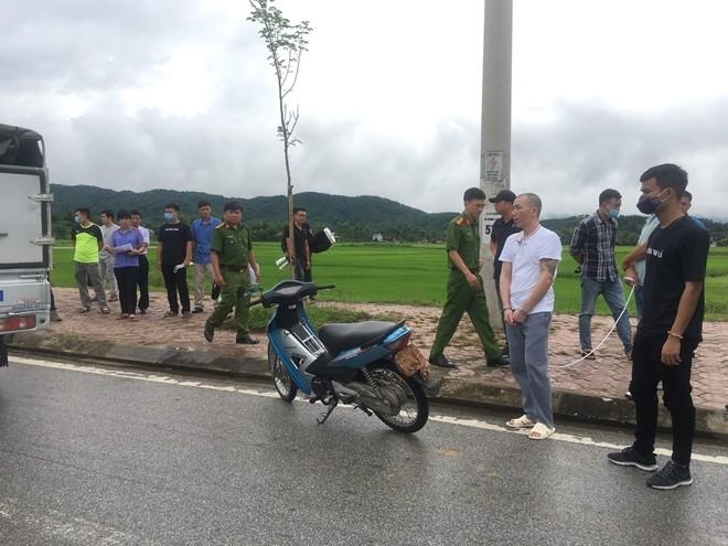 Bị can Lường Văn Hùng được dẫn giải tới hiện trường