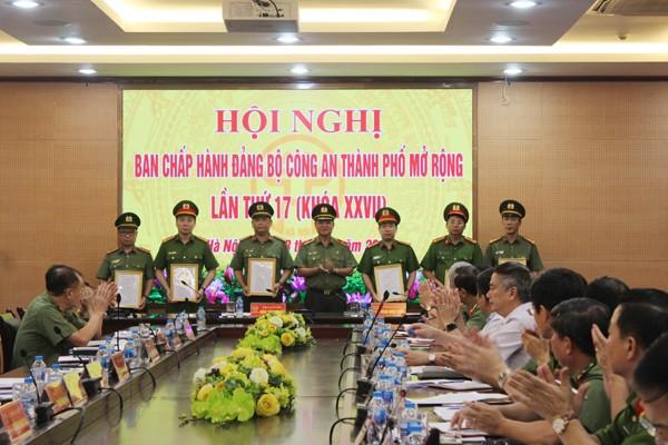 Thiếu tướng Đào Thanh Hải trao quyết định chỉ định bổ sung BCH Đảng bộ CATP nhiệm kỳ 2015-2020 cho các đồng chí lãnh đạo chủ chốt của CATP