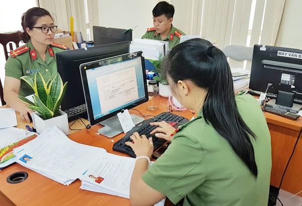 Các cán bộ chiến sỹ Phòng Hồ sơ CATP Hà Nội vẫn luôn cập nhật thông tin đối tượng vào hệ nhận dạng vân tay tự động VAFIS