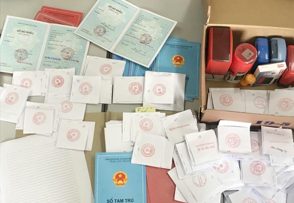 Cơ quan CSĐT - CAQ Bắc Từ Liêm đã thu giữ nhiều phôi sổ tạm trú, sổ hộ khẩu và nhiều mẫu dấu khác nhau tại nhà đối tượng Trịnh XuânThắng