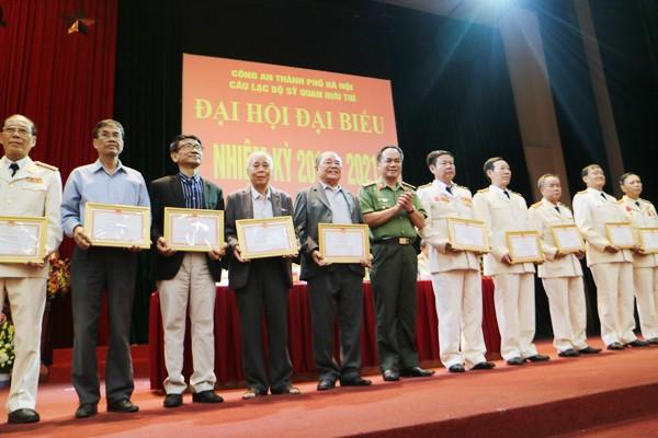 Đại tá Nguyễn Thanh Tùng, thay mặt Đảng ủy Ban Giám đốc CATP tặng Giấy khen của Giám đốc CATP cho các cá nhân có thành tích xuất sắc trong hoạt động của CLB sỹ quan hưu trí CATP Hà Nội