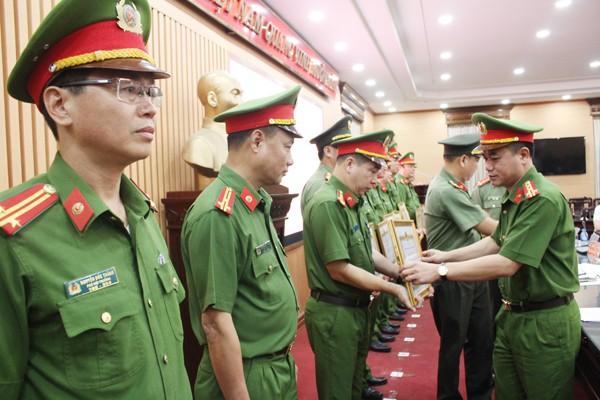 Đại tá Nguyễn Thanh Tùng trao Bằng khen của Chủ tịch UBND TP cho các tập thể và có nhân có thành tích xuất sắc trong thực hiện đợt ra quân, tổng kiểm tra