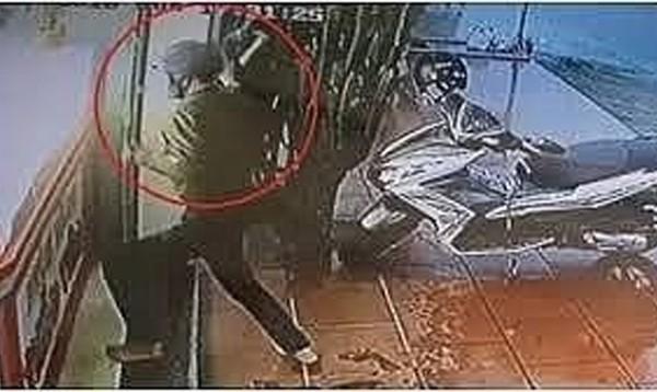 Hình ảnh các đối tượng cướp hiệu vàng được camera an ninh ghi lại