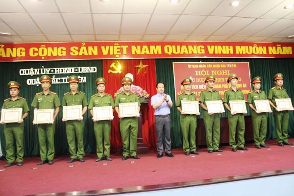 Ông Trần Thế Cương, Phó Bí thư Quận ủy, Chủ tịch UBND quận Bắc Từ Liêm trao Giấy khen của Chủ tịch UBND quận